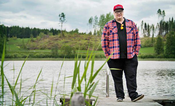 Arttu Wiskari esiintyi Jämsän Himoksella Iskelmä-festareiden aurinkoisena perjantaipäivänä.