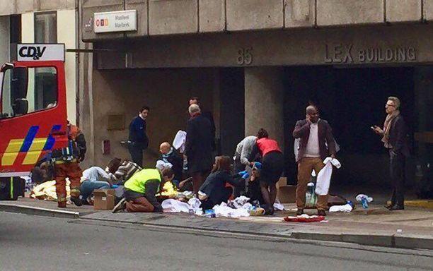 Haavoittuneita hoidettiin Maalbekin metroaseman ulkopuolella pian iskun jälkeen.
