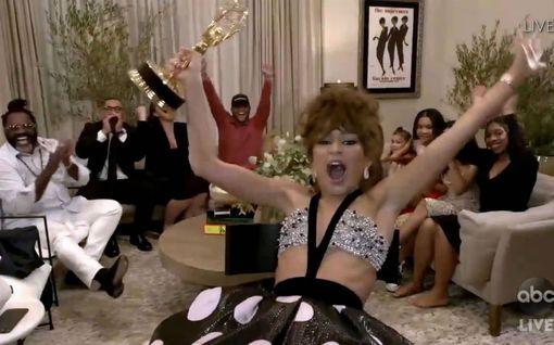 Zendaya juhli villisti Emmy-palkintoaan olohuoneessaan – kuvat poikkeuksellisista juhlista