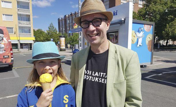 Simo ja 12-vuotias Frans ovat ensimmäistä kesää erossa toisistaan osan aikaa. Frans muutti Tampereen kodista Helsinkiin Rosa-äidin uusperheeseen, mutta pitää myös isä-Simon Tammelantorin kotia ja Tamperetta kotinaan.