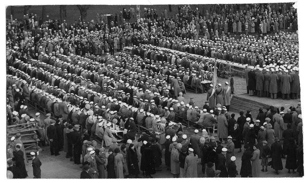 Ylioppilaita viettämässä vappua Helsingissä 1936.