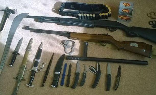 Muun muassa nämä aseet takavarikoitiin Vehviläisen kodista pidätyksen yhteydessä.