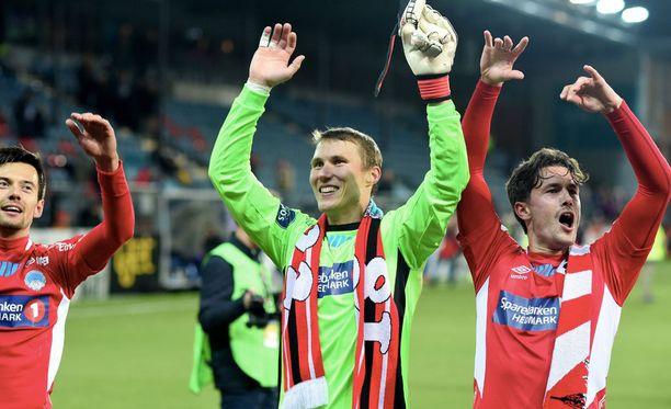 Kongsvingerin Otto Fredrikson (keskellä) juhlii pääsyä Norjan cupin finaaliin.