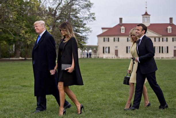 Presidenttiparit käyskentelivät Mount Vernonissa käsi kädessä.