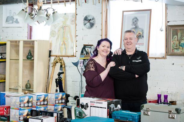 Aki ja Heli Palsanmäki ovat tulleet suomalaisille tutuiksi Suomen huutokauppakeisari-ohjelman kautta.