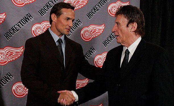 Steve Yzerman (vas.) toimi pitkään Mike Ilitchin seuran kapteenina. Kuva vuodelta 2006.