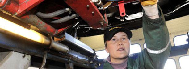 EDULLINEN Helsingin Katsastus Center kuuluu pääkaupunkiseudun edullisimpiin katsastusasemiin. Katsastaja Tuulikki Koskinen tarkistaa henkilöautoa.