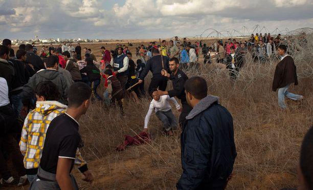 Puukepein aseistautuneet poliisit yrittivät pitää rajaseudulle kerääntyneet pakistanilaiset aisoissa.