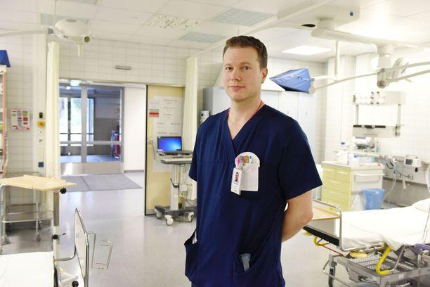 Ensihoitolääkäri Juhani Tavasti auttoi Turun puukotuksen uhreja. Hän muistuttaa, että jos apua hälyttävä soittaa 112-sovelluksella, hätäpäivystäjä näkee heti tarkasti, missä apua tarvitaan.