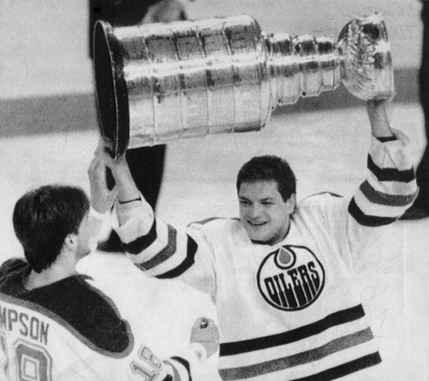 Esa Tikkanen juhli pyttyä Edmonton Oilersin ja New York Rangersin riveissä yhteensä viisi kertaa. Tämä kuva on keväältä 1988.