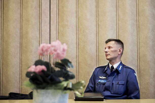 Päiviön esimiestä, Ilmavoimien ex-komentajaa Sampo Eskelistä syytetään esitutkinnan viivyttämisestä. Arkistokuva.