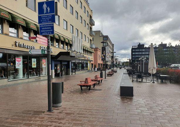 Nuorukaiset viettivät iltaa Mikkelin keskustassa. Tuore kuvituskuva kaupungin kävelykadulta.