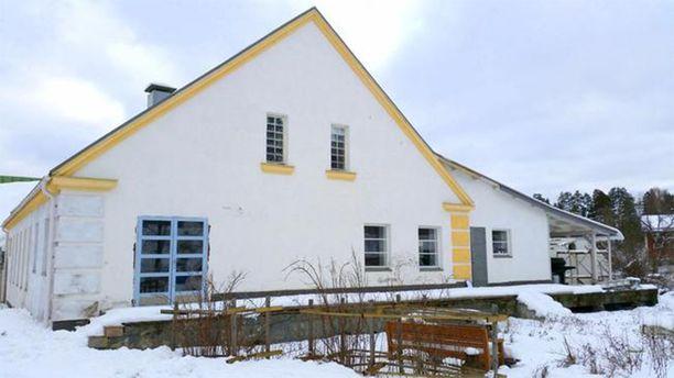 Pukkilassa sijaitseva, myynnissä oleva asuinkäyttöön remontoitu meijerirakennus.