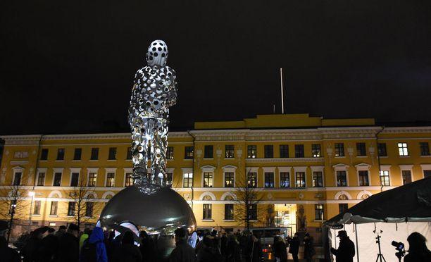 Valon tuoja -teosta kehutaan Suomen suurimmaksi teräspatsaaksi. Se sijaitsee puolustusministeriön edessä.