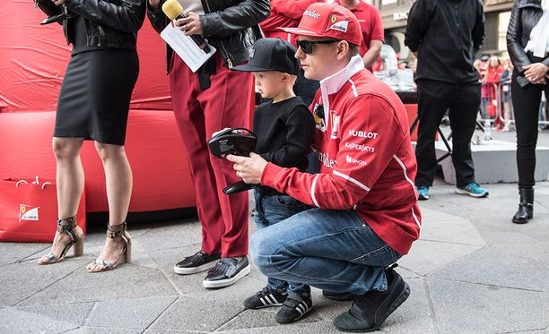 Kimi Räikkönen vietti kesätauolla paljon aikaa perheensä kanssa. Kuvassa kaksivuotias Robin-poika.