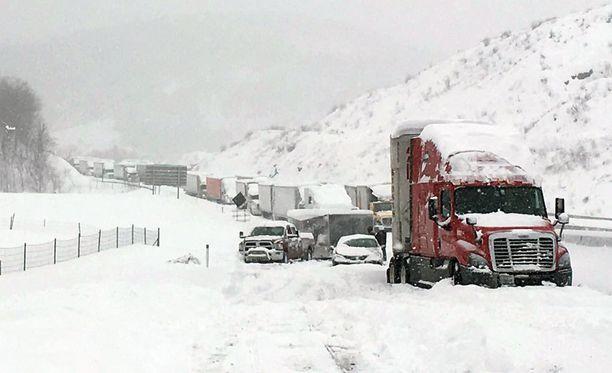 Pennsylvaniassa liikenne seisoi lumimyrskyn takia.
