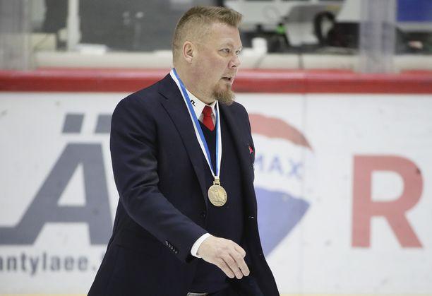 Jarno Pikkarainen sai viime keväänä kaulaansa HIFK:n voittaman pronssimitalin.