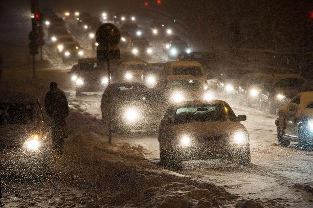 Etelärannikolla voi olla huomenna suuria vaikeuksia liikenteessä.