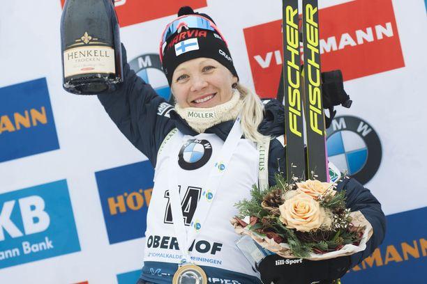Kaisa Mäkäräinen sai palkinnoksi suuren pullon saksalaista kuohuviiniä.