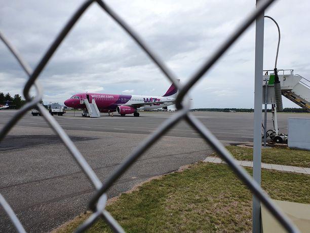 Wizz Airin kone laskeutui lopulta turvallisesti Turun lentokentälle. Puolaan matkustavien aikataulut menivät uusiksi.