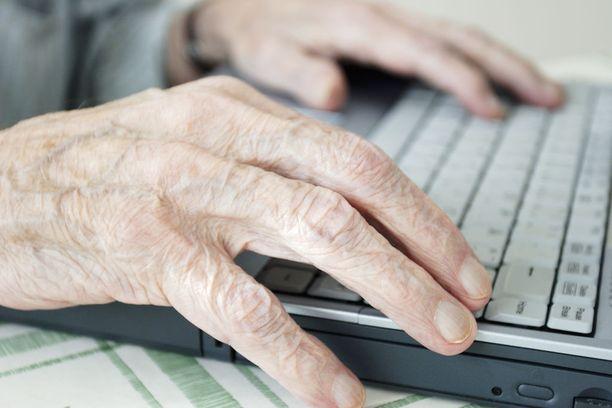 """""""Ymmärtäisin, jos Google ilmoittaisi ja kertoisi, että nyt jotain muuttuu ja että jotain täytyy tehdä. Mutta kaikki pitäisi keksiä itse"""", 79-vuotias eläkeläinen Aino Sams sanoo. Kuvituskuva."""