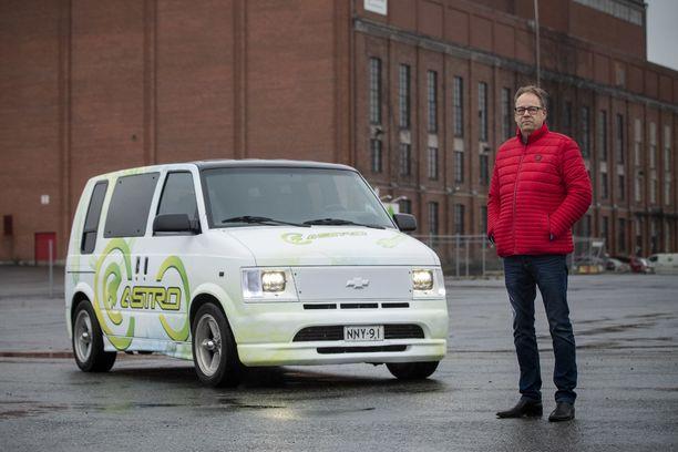 – Kun suomalainen mies jotain sanoo, niin hän sen myös tekee, toteaa Chevroletinsa sähköautoksi muuttanut Juha Raussi.