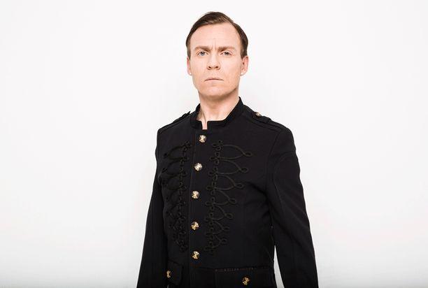 Kimmo Blom, 44, kilpailee viikonloppuna sekä UMK:ssa että The Voice of Finlandissa. UMK:ssa lavalle astuu Kimmon alter ego Angelo De Nile.