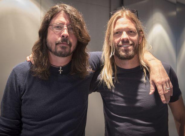 Foo Fightersin Dave Grohl ja Taylor Hawkins odottivat innolla illan keikkaa hotelillaan.