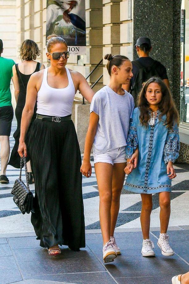 Jennifer Lopez, 48, on kahden lapsen äiti. Lasten isä on laulaja Marc Anthony.