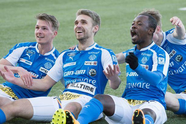 RoPS:n Aleksandr Kokko (keskellä) juhlii maalia.