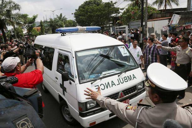 Yksi ruumiita kuljettaneista ambulansseista saapui Saint Caroluksen siunauspaikalle Jakartalla.