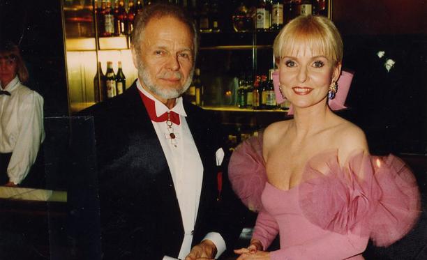 Vuonna 1993 Timo ja Marjatta juhlivat itsenäisyyspäivää Linnan juhlissa, jossa Marjatan puku teki vaikutuksen. Kuva jatkoilta.