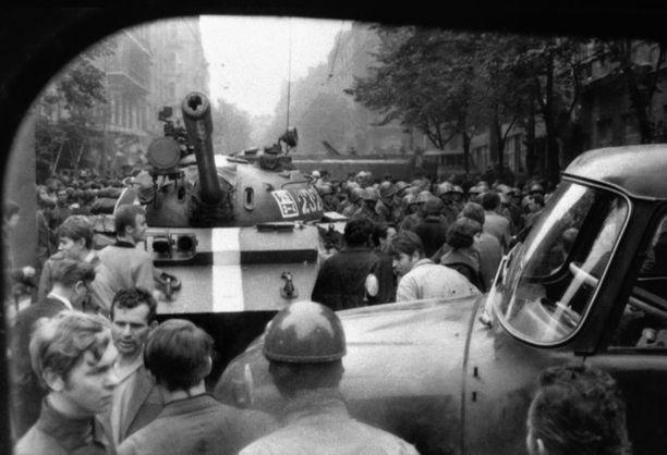 Ihmiset protestoivat tukkimalla tankkien tietä.