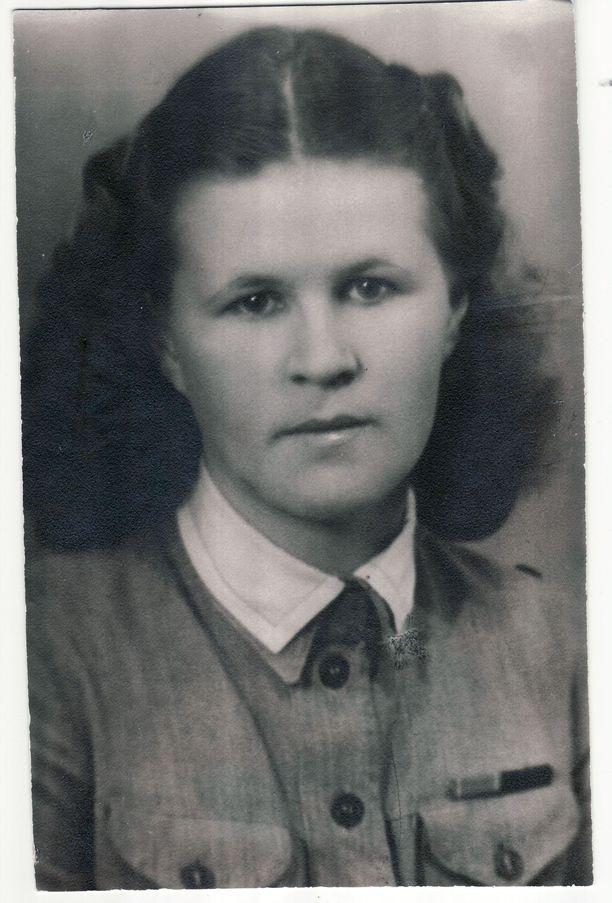 Aune-Leea Huotari liittyi pikkulottiin 14-vuotiaana. Myöhemmin hän suoritti myös Puolustusvoimien ja Lottajärjestön toteuttaman lääkintälottakurssin.