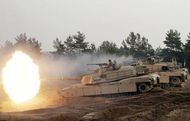 Yhdysvaltojen Abrams M1 -taistelupanssarivaunuja Latviassa marraskuussa 2014.