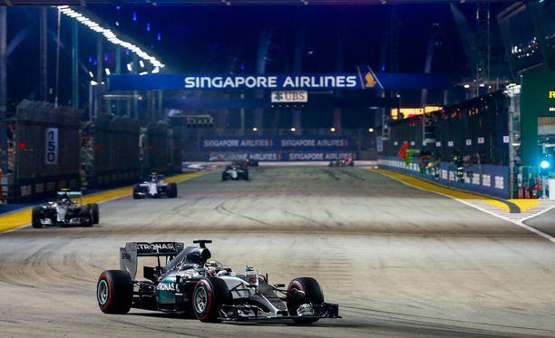 Singaporen GP ajetaan iltavalaistuksessa. Kuva viime vuodelta.