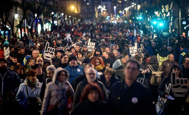 Tuhannet ihmiset osoittivat mieltä Bilbaossa baskien separatistijärjestö Etan vangittujen jäsenten puolesta tammikuussa 2017.