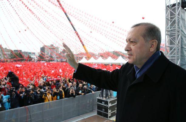 Presidentti Erdogan puhumassa kannattajilleen torstaina.