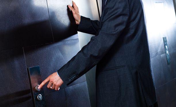 Tapakouluttajan näkemys hissietiketistä aiheutti nettimyrskyn.