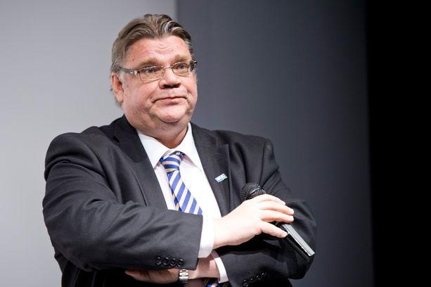Timo Soinin mukaan puolustusministerin olisi pitänyt olla yhteydessä muuhun ulkopoliittiseen johtoon ennen puolustusyhteistyölausuntojaan.