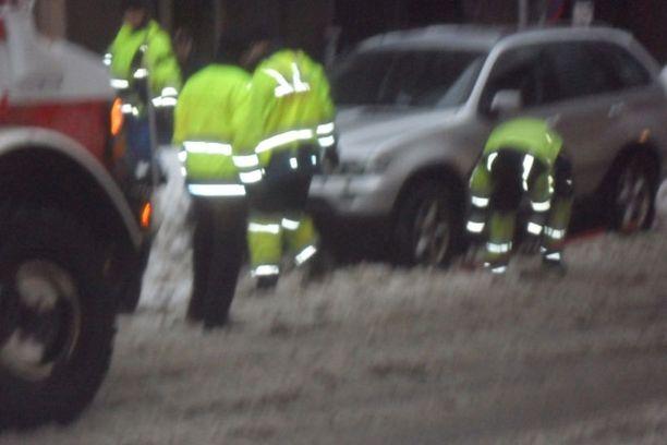 Palomiehet osallistuivat auton siirtämiseen.