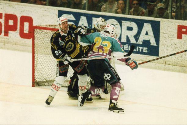 TPS:n kapteeni Hannu Virta estelee Jokerien Petri Varista turkulaisten maalilla kevään 1994 liigafinaaleissa.