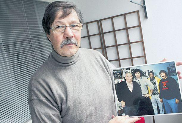 YSTÄVÄ MUISTI Harri Piitulaisella on kotonaan rakkaana muistona kuva helmikuulta 1990. Harri ja Jyrki poseerasivat Suomessa vierailleiden nyrkkeilytähtien Ingemar Johanssonin ja Floyd Pattersonin kanssa.