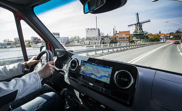 Ajettavuus on hyvin henkilöautomainen ja vaivaton myös manuaalivaihteistolla. Vakiovarusteinen sivutuuliavustin auttaa pitämään auton vakaana kovemmissa vauhdeissa.