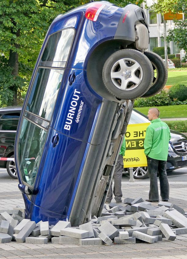 Polttomoottorikäyttöinen Volkkari päätyi nenälleen pihalle samaan aikaan kun Volkkarin pääjohtaja puhui sisällä sähköautoilun vahvasta tulevaisuudesta.