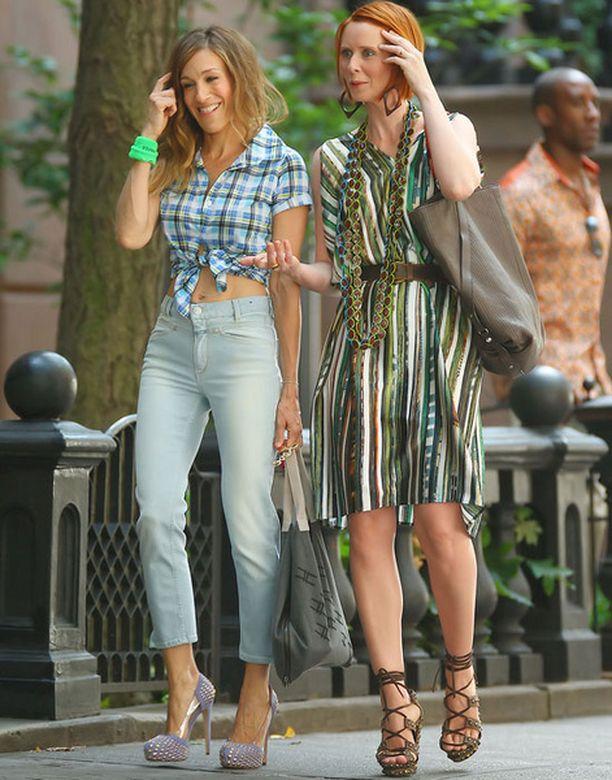Sarah Jessica Parker ja Mirandaa esittävä Cynthia Nixon rentoutuivat ottojen välissä.