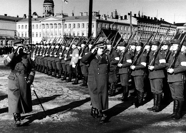 """""""Viron Mannerheim"""", kenraali Johan Laidoner (kuvassa keskellä) vieraili usein Suomessa. Hän kuitenkin ohjasi maansa liittoon Stalinin kanssa."""
