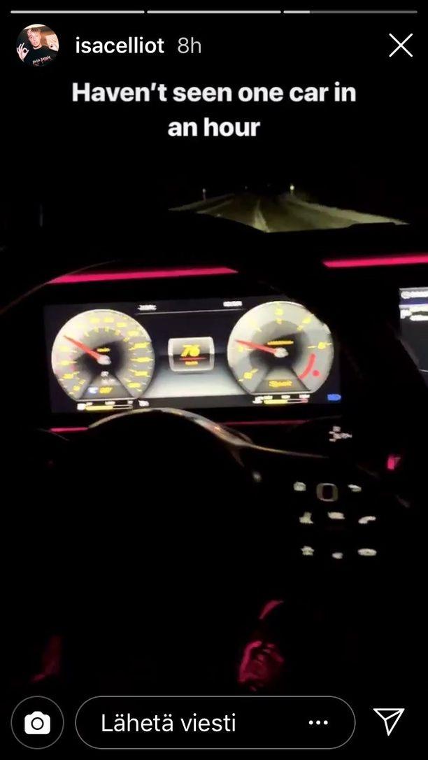 Isac Elliot julkaisi videon Instagramissaan ajaessaan yöllä moottoritiellä. Kyseisen tekstin hän on saattanut kirjoittaa myöhemmin, auton ollessa jo pysäköitynä.