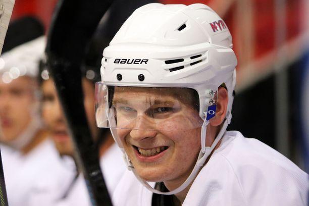 Kaapo Kakko pani näytöksen pystyyn ensimmäisessä Rangers-ottelussaan.