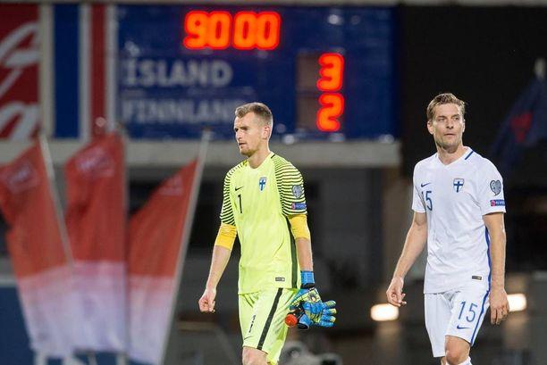 Lukas Hradecky ja Markus Halsti joutuivat poistumaan stadionilta allapäin.